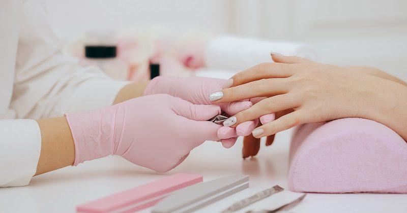 Praca stylistki paznokci – jakie kryteria warto spełnić?