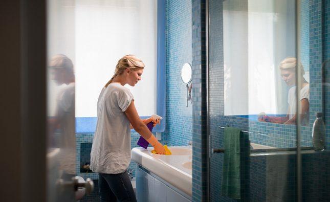 Czym wyczyścić pleśń i brud w łazience?